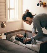 A fi mamă înseamnă să stai pe întuneric în timp ce aștepți să adoarmă copilul