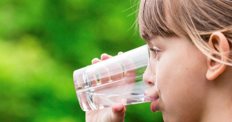 puteți cu apă varicoasă pentru a bea multă apă)