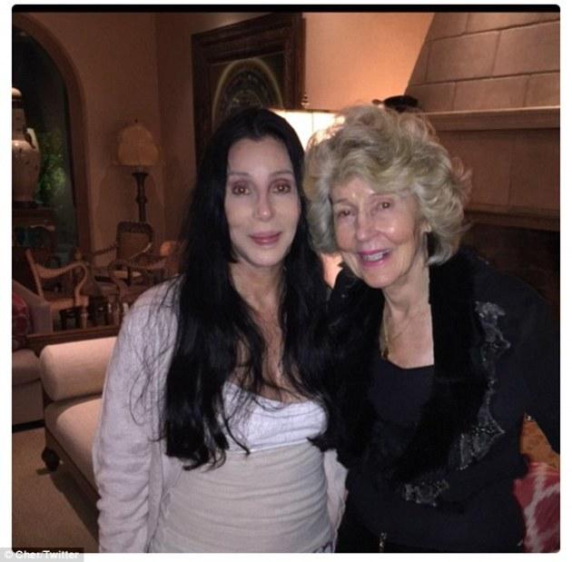 La 70 de ani Cher ne uimeşte cu un selfie alături de mama sa de 90 de ani, amândouă fără machiaj