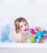 Timpul pentru baita: jocuri care tin copilul ocupat