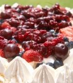Prajitura cu bezea si fructe confiate