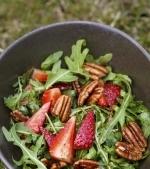 Salată de căpşuni cu rucola