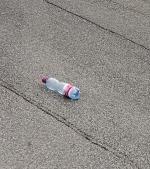 Mami, doamna a aruncat o sticlă pe jos. Nu chemăm poliţia?