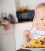 Cum să-ți obișnuiești copilul să mănânce singur