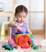 5 jucării care ajută bebelușul să învețe culorile, formele și cifrele