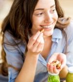 Dacă mănânci alune în timpul perioadei de alăptare, poți reduce riscul de alergii la copil
