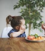 8 replici de încercat când copilul nu vrea să mănânce