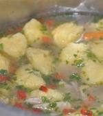 Supa de gaina cu cele mai pufoase galuste
