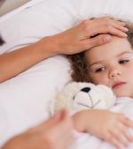 Cum scădem febra copilului acasă? Când mergem la spital?