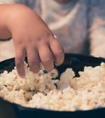 Pericolul nevăzut al popcornului: povestea unei mame al cărei băiețel de doi ani a fost la un pas de moarte