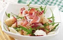 Salata cu piersici, prosciutto si mozzarella