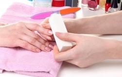 10 obiceiuri care îți distrug unghiile