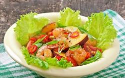 Salată cu sfeclă coaptă, piersici și creveți