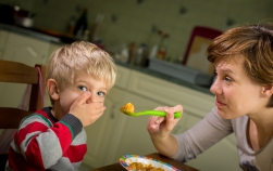 De ce nu trebuie să obligi copilul să mănânce tot din farfurie