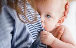 Alăptarea activează gene care fac ca bebelușii să fie mai puțin reactivi la stres