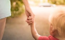 Cum să ții bebelușul de mână ca să nu-l rănești