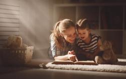 Dacă îi citești povești cu voce tare copilului îi faci un bine incredibil