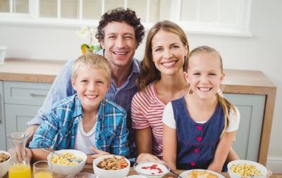 Micul dejun în familie poate să ajute copilul în a-și crește imaginea de sine