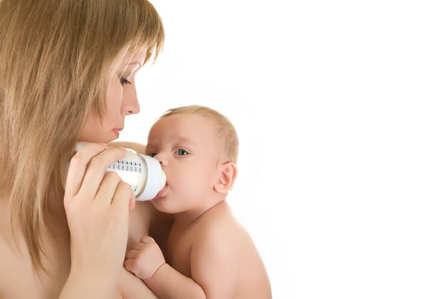 Cat lapte bea un bebelus