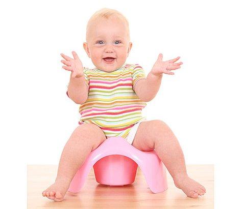 bebelus fericit pe olita