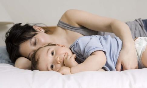 Mama doarme impreuna cu copilul