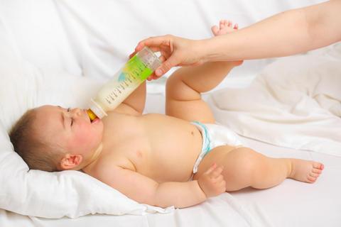 bebelus hranit cu biberonul