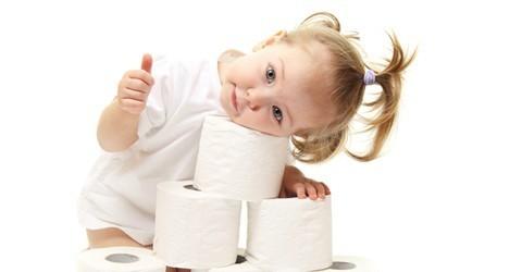 fetita cu hartie igienica