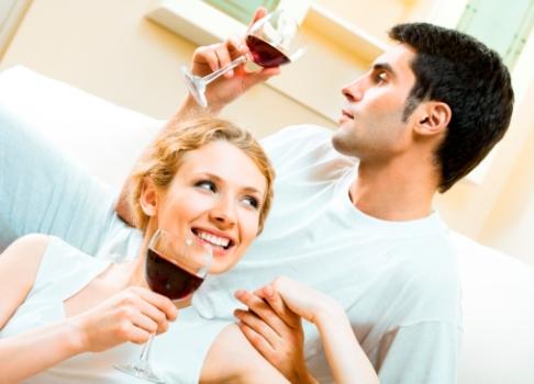 Cuplu bea vin rosu