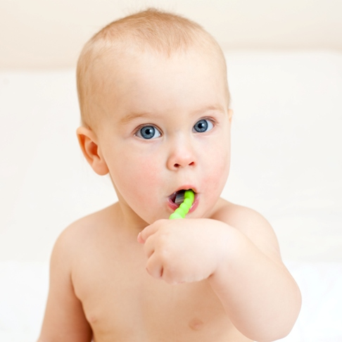 Bebelus spalandu-se pe dinti