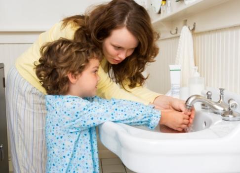 Mama si fiica spala mainile