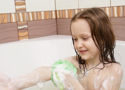 Fetita facand baie