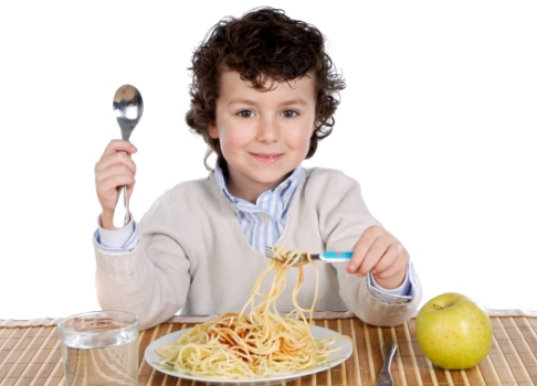 Baiat mancand spaghetti