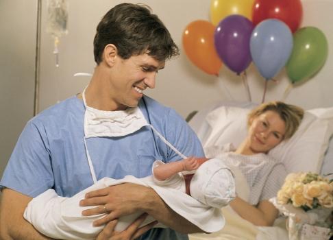 Tati cu bebelus in brate