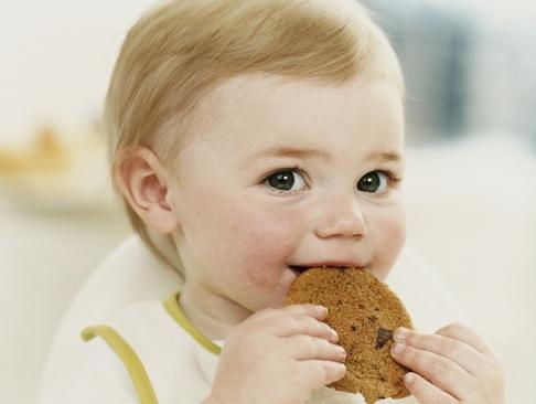 diversificare alimentatie alimente interzise alergie digestie bebelus ciuperci capsuni kiwi albus sare zahar