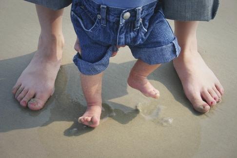 mobilitate motricitate bebelusi sfaturi evolutie bebe primii pasi de-a busilea pe burta