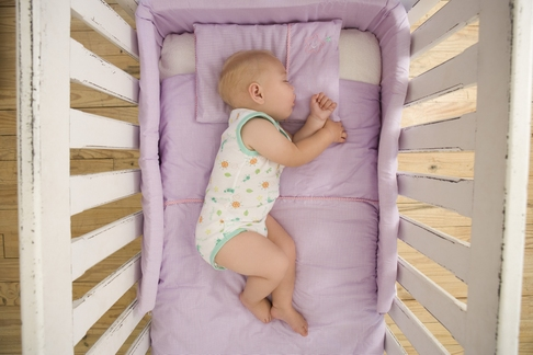 ingrijire bebelusi sfaturi babesti mituri false populare caciulita baita somn camera