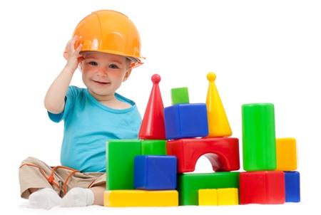 Copil ce se joaca cu cuburile de lemn