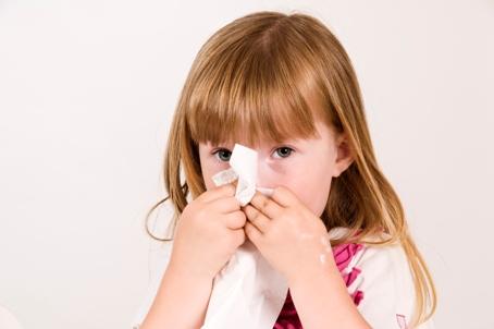 Fetita isi sufla nasul