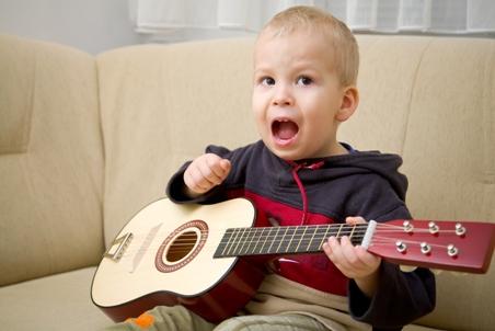 Copil ce canta la chitara