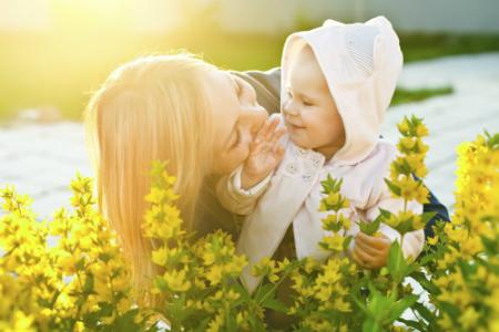 mama si copilul in lanul cu flori