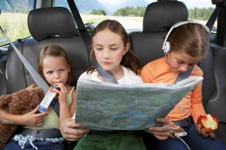 Copii care se joaca in masina