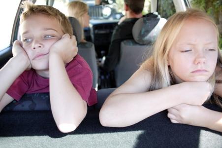 Copii plictisiti in masina