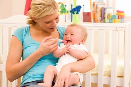 Mama ii da copilului medicamente de raceala