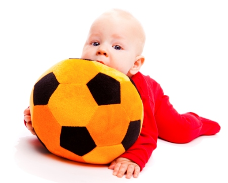 Copil se joaca cu mingea