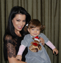 Simona Patruleasa si fetita ei, Ingrid