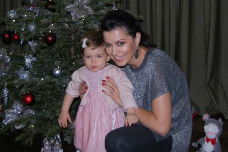 Simona Patruleasa si fetita ei, Ingrid, in fata pomului de Craciun