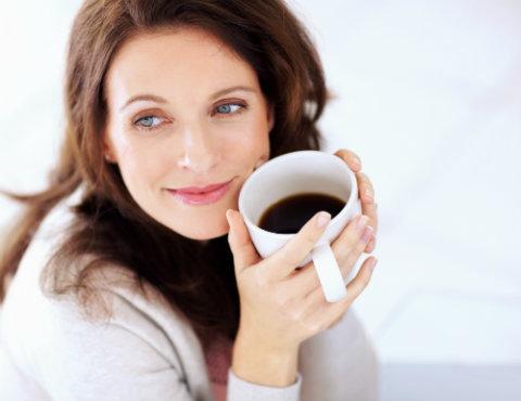 femeia care alapteaza si cafeaua