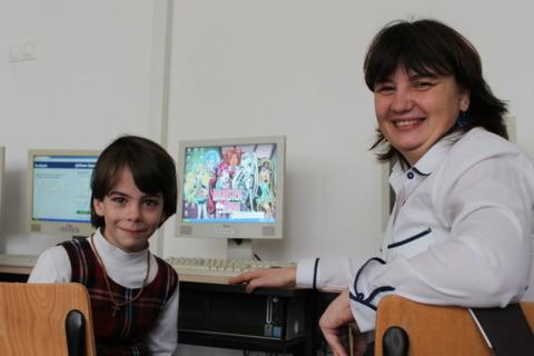 Eliza impreuna cu profesoara ei de informatica, Mariana Sirbu