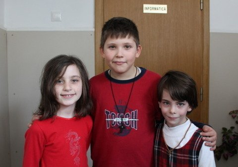 Eliza impreuna cu doi colegi de clasa
