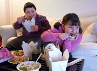 Copii mancand in fata televizorului